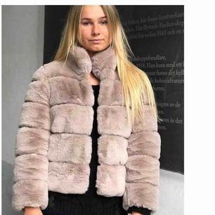 Säljer en helt ny pälsjacka från affär i Paris. Prislappar kvar. Köptes för ca 1800 svenska kr Jättesnygg verkligen!