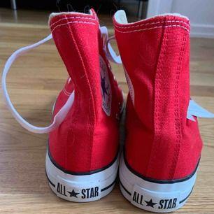 Röda höga converse, osäker på om de är helt äkta men de ser jäkligt äkta ut. Aldrig använda, stått och velat bli använda i adlades för många månader!
