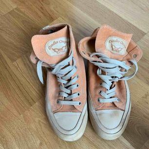 Skönaste jäkla sneakern som suttit på en fot! Alltså bästa skon, coolaste färgen. Mocka och skinn! Vill användas. Enbart använda fåtal gånger