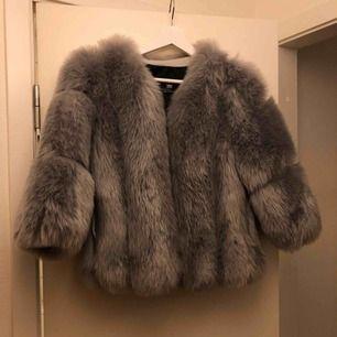 Helt oanvänd fuskpäls! Inköpt för 1299kr. Säljes pga för mycket jackor. Så fin till hösten! Passar bra på alla mellan XS-M då det är perfekt med en kofta under.