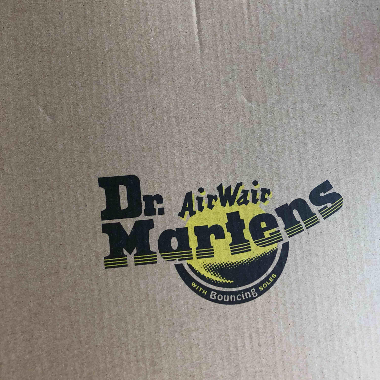 Helt nya Dr. MARTENS!!! Använda 1 gång under några timmar, men syns inte alls!! :-p De är platform!!! (Platå) Frakt tillkommer på 160kr, om du inte kan mötas upp! . Skor.