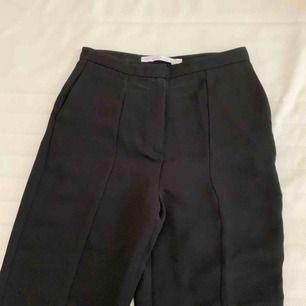 """Snyggaste svarta fin byxorna """"kostymbyxorna"""" från & other stories.  Knappt använda. Finast """"slitsen"""" nertill. Gör sig inte rätt på bild."""