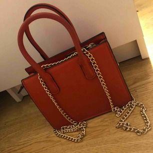 Liten väska från H&M med guld kedja, ny och oanvänd. Nypris 250kr
