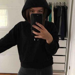 Svart lite croppad hoodie från monki. Sparsamt använd så den är i bra skick. Köparen står för Frakten kostar 63kr . Kan även mötas upp i Stockholm. Storleken är XXS men den passar lika bra som XS och S