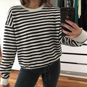 Randig sweatshirt från Pull&bear. Använd max 5-6 gånger. Frakt tillkommer på 63kr (köparen står för frakt). Kan även mötas upp i Stockholm