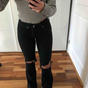 Dr.denim jeans med klippta hål. Bootcut jeans. Frakt tillkommer på 63kr. Jag är 157cm lång.