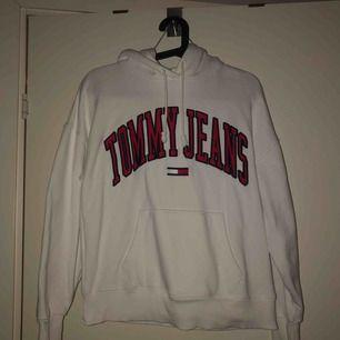 Tommy Jeans-hoodie, använd 1 gång så i jättefint skick! Strl XS, men oversize så passar S/M också. Köpte för 999, säljer för 600 🥰