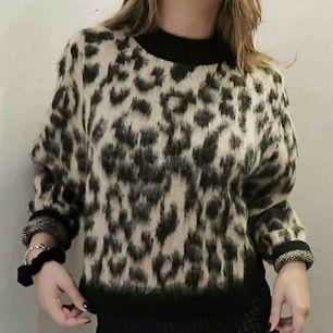Slutsåld stickad tröja i leopardmönster från & other stories, strl XS men passar även en S/M. Sparsamt använd så i jättefint skick! Köpte för 790 kr, säljer för 500 inklusive frakt!