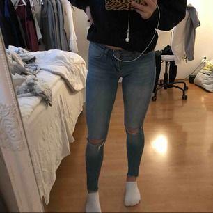 Jättefina jeans som jag använt 1 gång innan. Säljer pga att dem inte passar mig