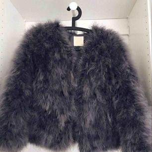 En höst/vinter jacka väldigt fint skick andvänd några få gånger! köparen står för frakten