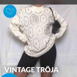 Vintage vit tröja med pärldekoration🖤 Perfekt nu till hösten och vintern❄️🍂 Size M (men uppskattar att den passar både S-L)   Har inget att anmärka. Är begagnad, men är i väldigt fint skick.  Bara att skriva meddelande om du undrar något! Hade fint!