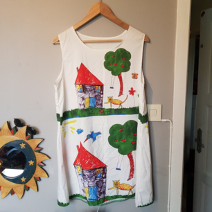 Unik kort klänning köpt second hand, aldrig använd. använd den för sig själv eller med en passande tröja under. Frakt inräknat i priset. Betalning via swish.
