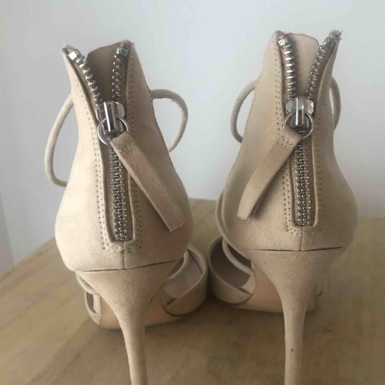 🌟 Super eleganta högklackade från Zara i storlek 37. Färg: Nude/beige. Kan mötas upp i Stockholm eller skickas, köparen står för frakten.. Skor.