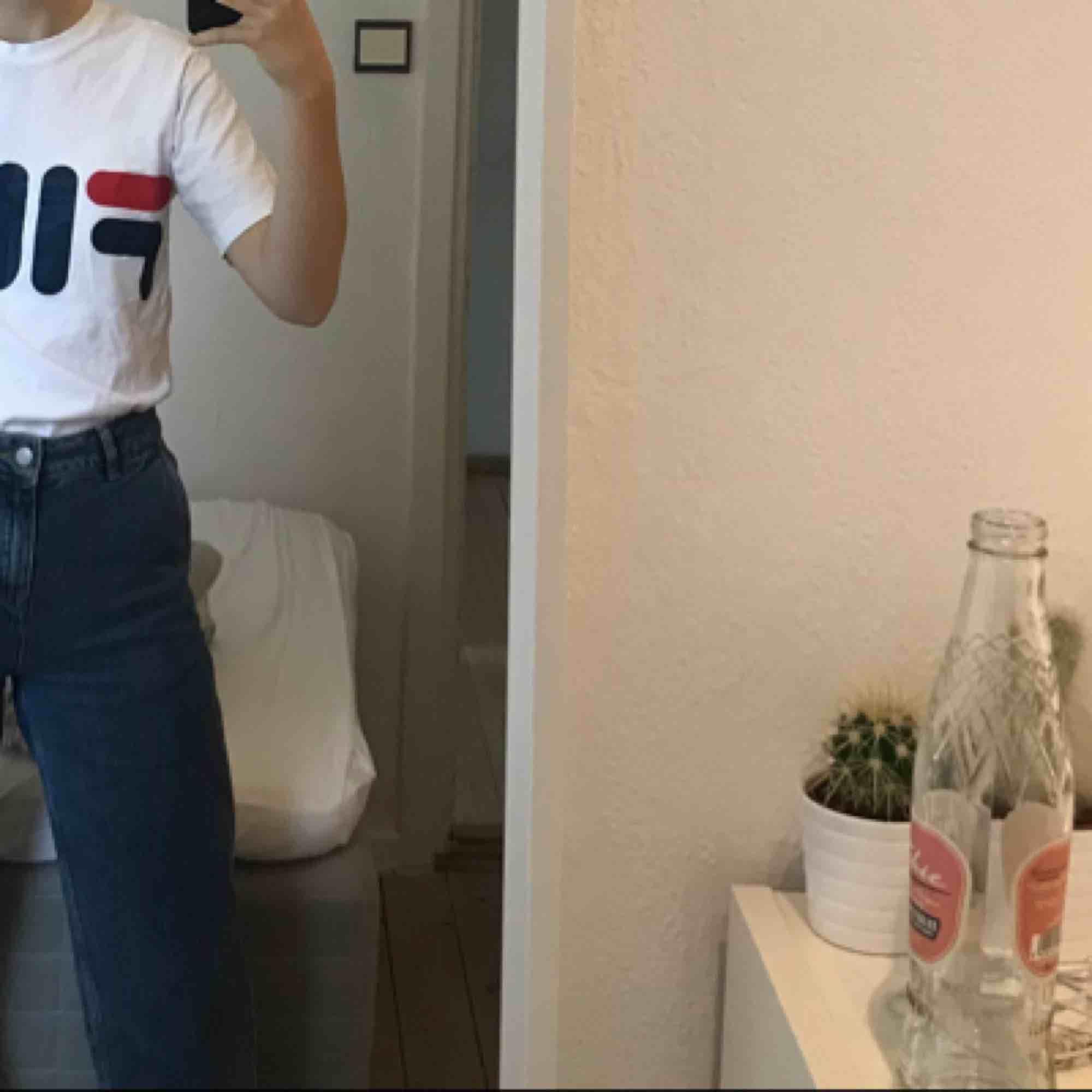 Snygg fila tshirt!! Bra skick, bara använd få gånger. Har fila tryck på framsidan men även på ena ärmen. Passar perfekt till ett par snygga jeans 😍. T-shirts.