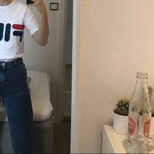 Snygg fila tshirt!! Bra skick, bara använd få gånger. Har fila tryck på framsidan men även på ena ärmen. Passar perfekt till ett par snygga jeans 😍