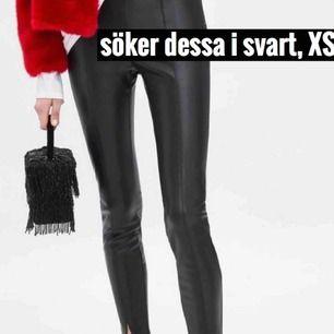 Söker dessa svarta skinnbyxor ifrån Zara, storlek XS. Bara intresserad av dom svarta med en liten slit vid fötterna.