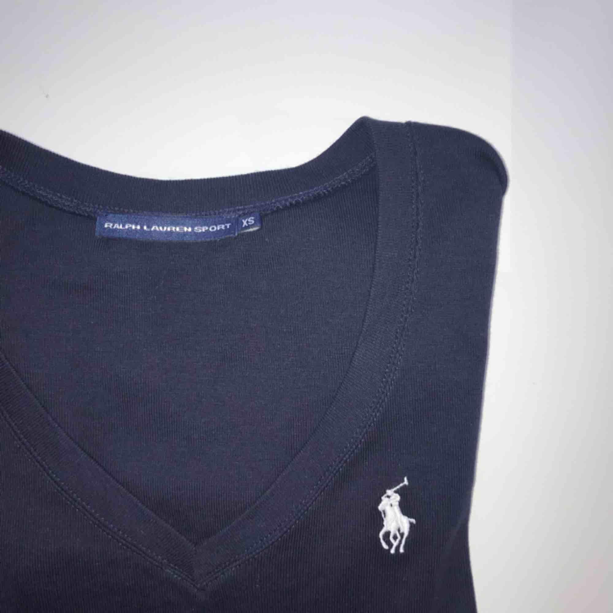 Ralph Lauren tröja i marinblå med vitt märke. Aldrig använd. Köpt för 300kr. Toppar.