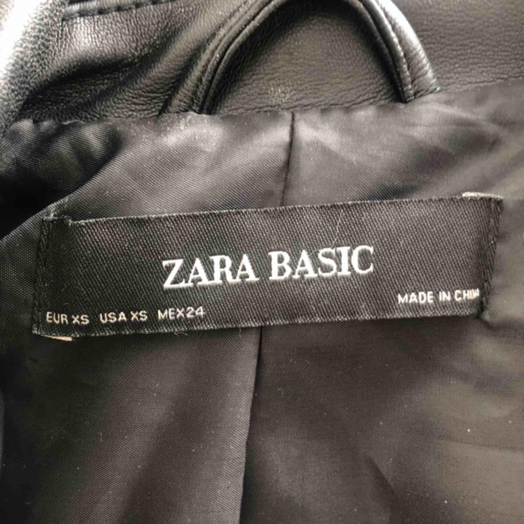 Läderjacka från Zara i jätte bra skick Bara används 2-ggr Säljer pga fel storlek. Jackor.