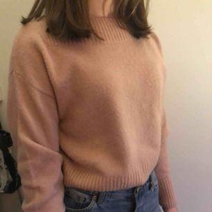 Mjuk rosa tröja från and other stories som endast är använd en gång. Nypris är ca 500 kr!