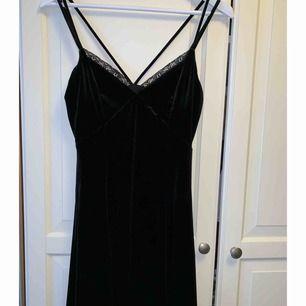 Svart spets på framsidan, resten av klänningen är sammet.  Köpt från Nelly.se  Storlek 8 (36)