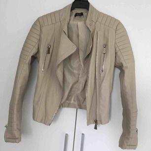 En moto jacket från ciquelle i beige. Finns inte längre att köpa. Sälj för att jag inte använder den längre och det är synd eftersom den är så fin.  Köparen står för frakten!