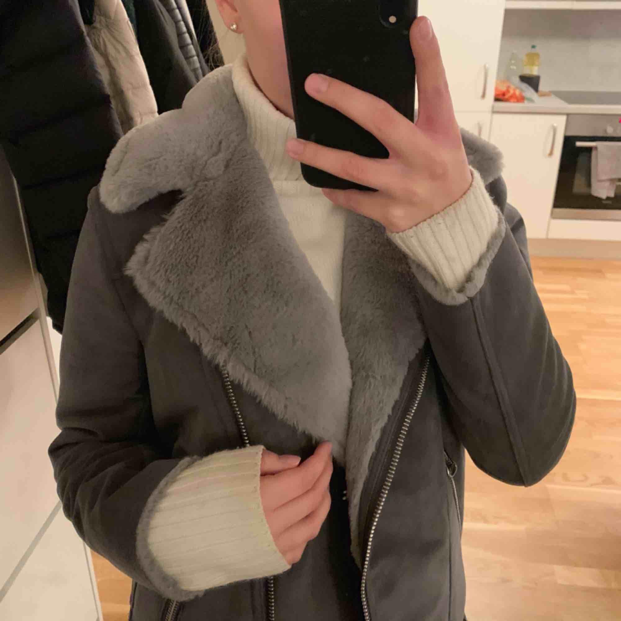 Säljer min snygga mocka-imitation jacka från H&M. Den är använd få gånger och är i ny-skick! Köparen står för frakt. Jackor.