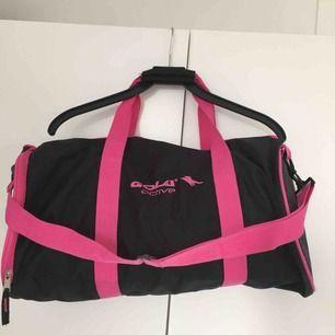 Den träningsväska i rosa och svart! Ganska stor och rymlig. Köparen står för frakten