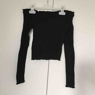 En svart off shoulder tröja lite höstig tycker jag. Den är ganska liten på bild men den är sjukt strechtig. Köparen står för frakten!