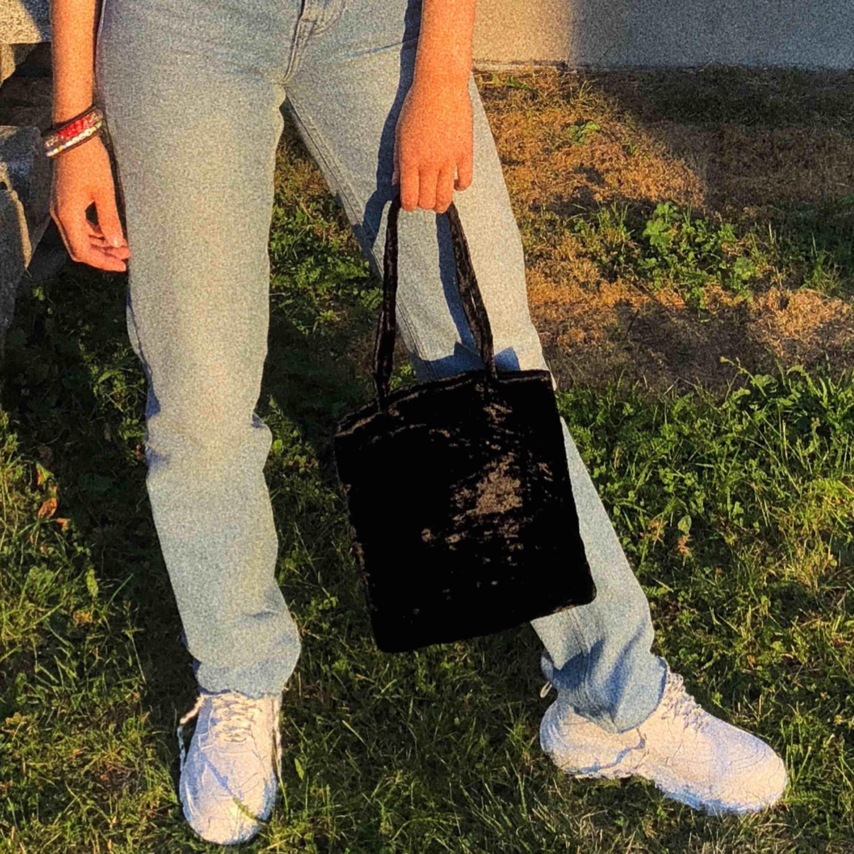 Jätte söt liten väska! Piffar upp en helt outfit! Får plats med mer än vad man tror. Fraktar - 20kr :). Väskor.