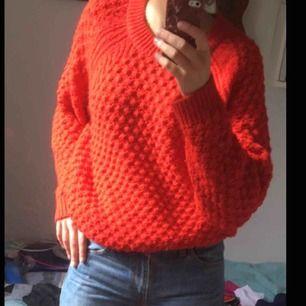En stor mysig stickad tröja från Hm, fina detaljer och härlig färg!!