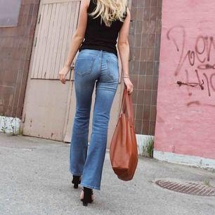 Säljer jeansen för 300kr och toppen för 150kr båda använd endast på denna bilden. Frakt tillkommer :)