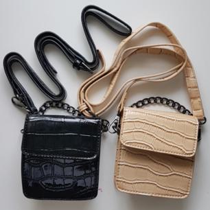 Säljer två jättefina väskor från Boohoo i svart och beige. Kedja samt justerbart och avtagbart band. 100kr/st vid köp av BÅDA får du de tillsammans för 130 kr. Du står för frakt om du inte kan mötas upp i Stockholm.