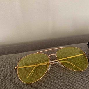 Säljer två solglasögon, 20kr/st