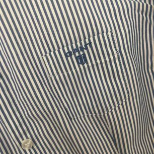 💙 Jätte fin ljusblå skjorta från Gant.  Storlek XS/(15Y/170cm). Nyskick.  Kan skickas köparen står för frakten 📮