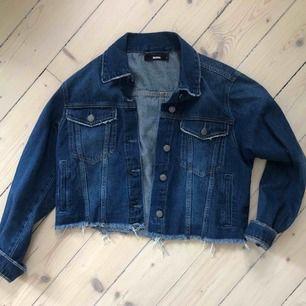 Croppad mörkblå jeansjacka från Bikbok. Passar från xs-l beroende på hur den sitter (jag är s). Helt oanvända