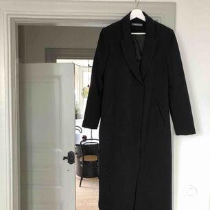 Perfekta svarta långs kappan. Klassisk 🌟 Nyskick!
