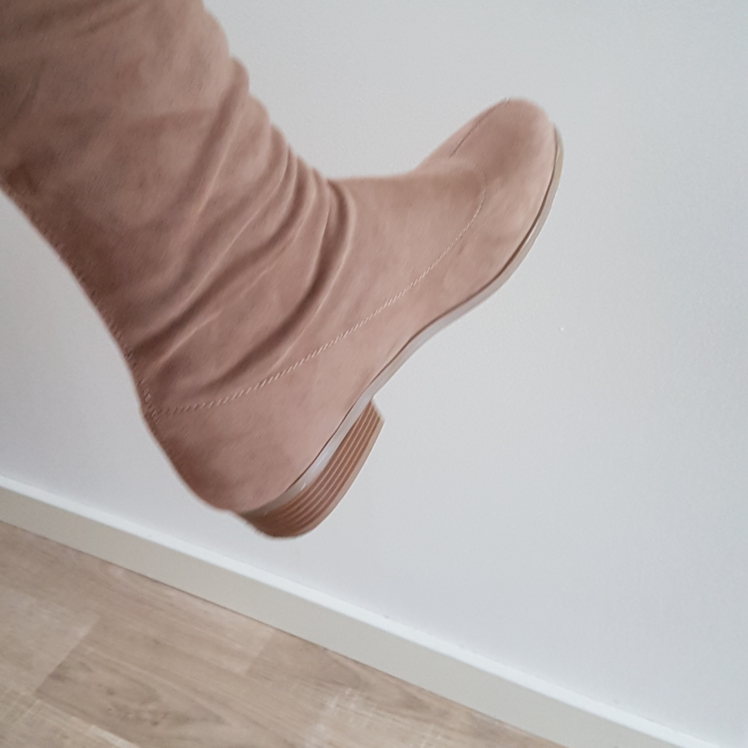 Beige over the knee boots. Klack samt rosett där bak. Fint skick. Använda 3 ggr. . Skor.