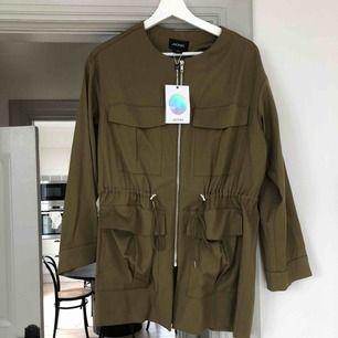 Jacka från Monki i militärgrön färg. Storlek xs men passar även S och M. Funkar lika bra inne till byxor som jacka ute. Helt ny med lappar kvar. Säljer likadan i svart.