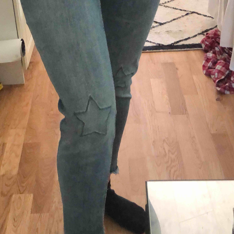 Stretchiga jeans från H&M med stjärndetaljer  Säljer då dom inte kommer till användning längre  Kan mötas upp i Göteborg, men vid frakt står du själv för kostnaden. . Jeans & Byxor.