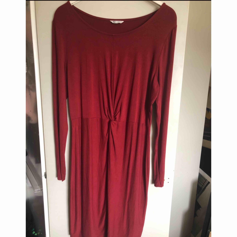 Vinröd klänning, använd 1 gång 😊 XL men passar även större L.. Klänningar.