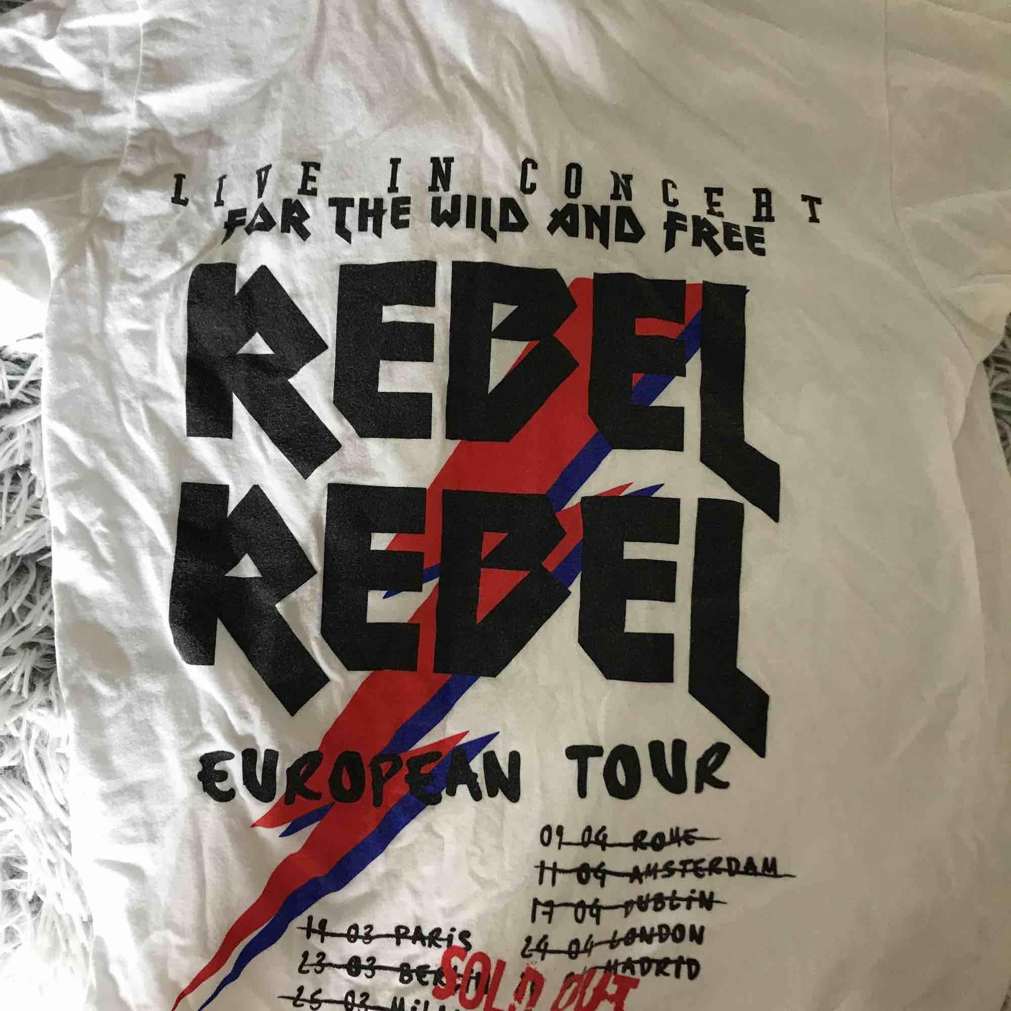 Supercool tröja från boohoo🤩frakt tillkommer och hör av er vid fler bilder🥰. T-shirts.