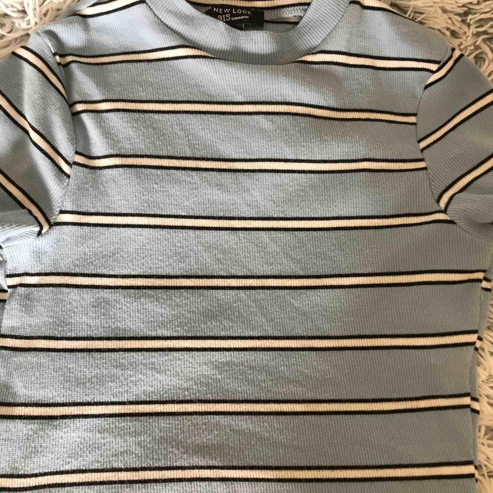 Köpt i barnstorlek men passar mig med XS🥰superfin tröja från new look🥰frakt tillkommer, skicka för fler bilder😙. T-shirts.