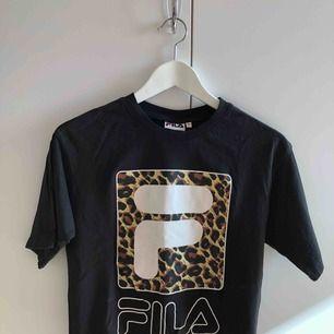 T-shirt kortare modell, använd fåtal gånger. Frakt tillkommer.