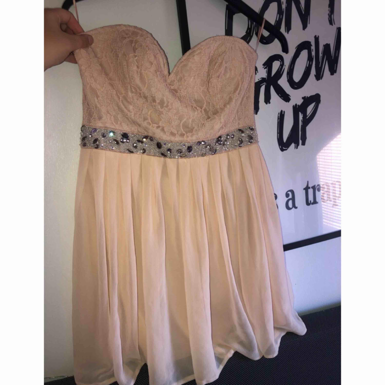 Fin klänning som aldrig är använd. M eller mindre L.. Klänningar.