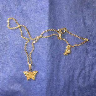 Halsband med fjärilsberlock. Kan mötas upp i Stockholm eller frakta. Köparen står för frakt.