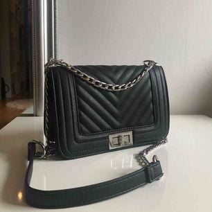 Superfin svart handväska! Använd ett extremt fåtal gånger och är i helt nyskick! Säljs då jag är en guldtjej och inte trivs med silverdetaljerna. Frakt tillkommer.