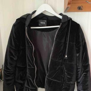 Säljer min velvet jacka, vet inte vart den är köpt men kvaliten är bra och jackan är varm och skön!