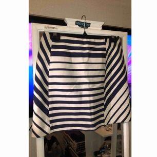 En fin randig blå/vit kjol. Oanvänd då den tyvärr är för stor. 😊