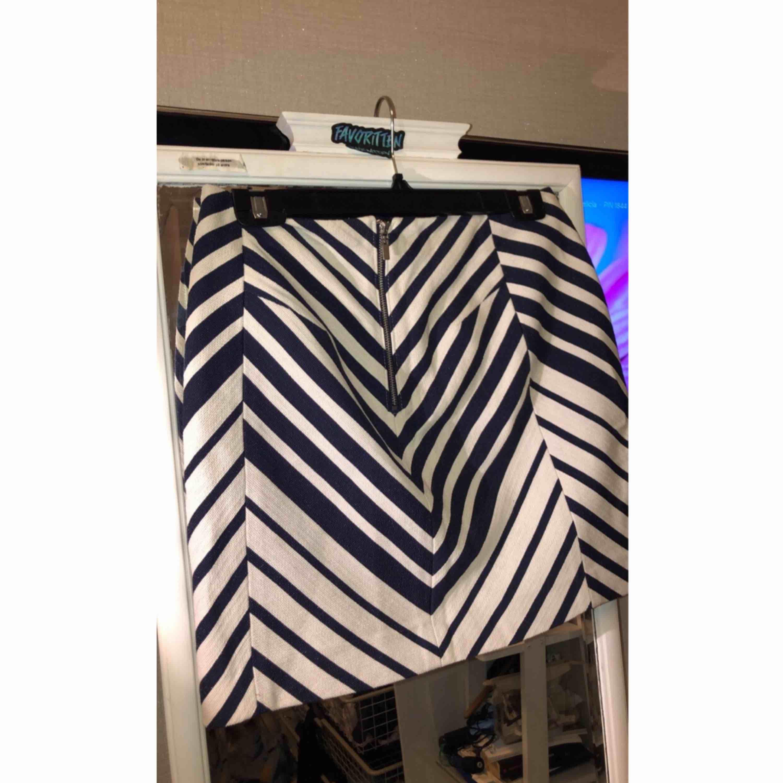En fin randig blå/vit kjol. Oanvänd då den tyvärr är för stor. 😊. Kjolar.