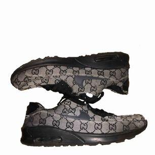 Nike Airmax x Gucci skor. Inte äkta och är använda ca 2 gånger pågrund av att de är för små. De blir slitna ganska lätt och har skorna mest som prydnad.